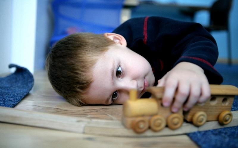 والدین چطور متوجه اوتیسم در کودک شوند؟