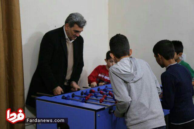 شهردار تهران در حال بازی با کودکان کارتن خواب! + عکس