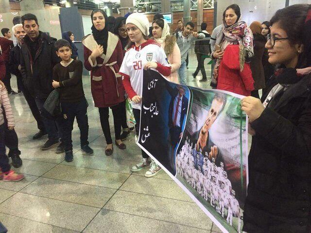 بنر جالب هواداران برای کیروش در فرودگاه امام + عکس