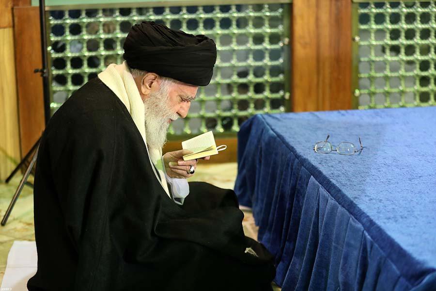 قرائت قرآن بر مزار آیت الله هاشمی توسط رهبر انقلاب + عکس