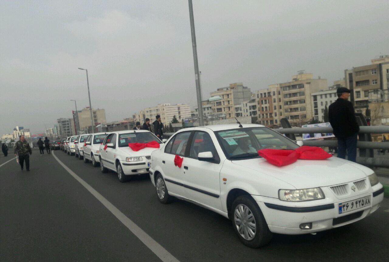 کاروان چهل عروس و داماد در راهپیمایی کرج+عکس