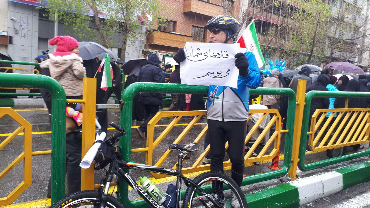 دوچرخه سوار حرفه ای و متواضع در راهپیمایی امروز+تصاویر