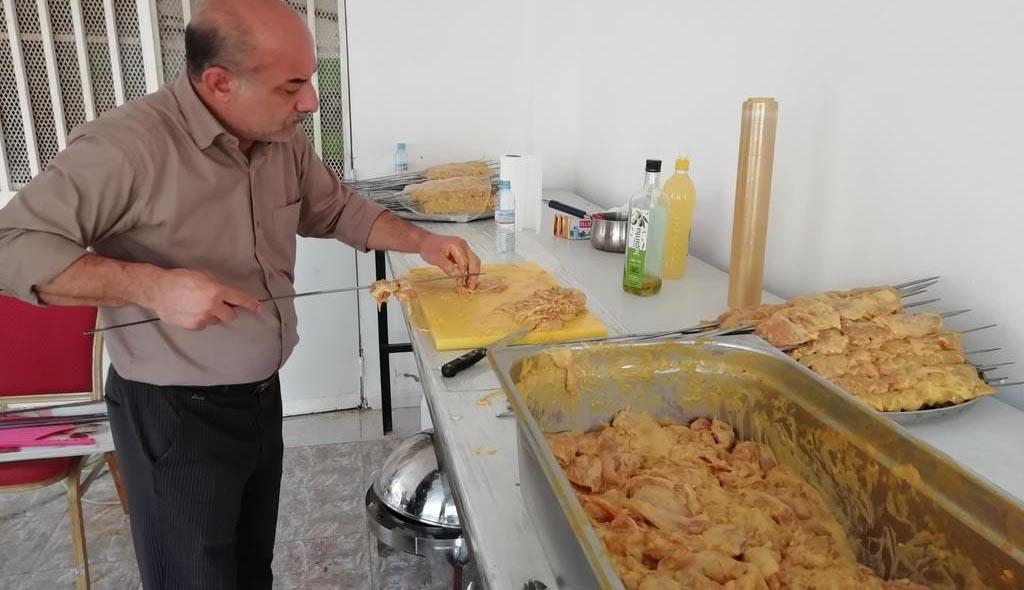 آماده سازی جوجه کباب برای جشن ۲۲ بهمن! + عکس