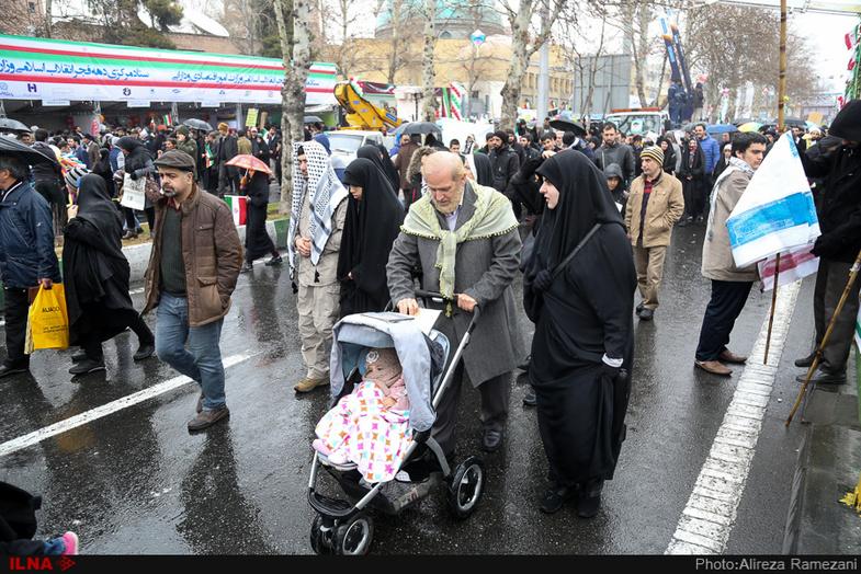 پدر شوهر مهناز افشار در راهپیمایی ۲۲ بهمن! + عکس