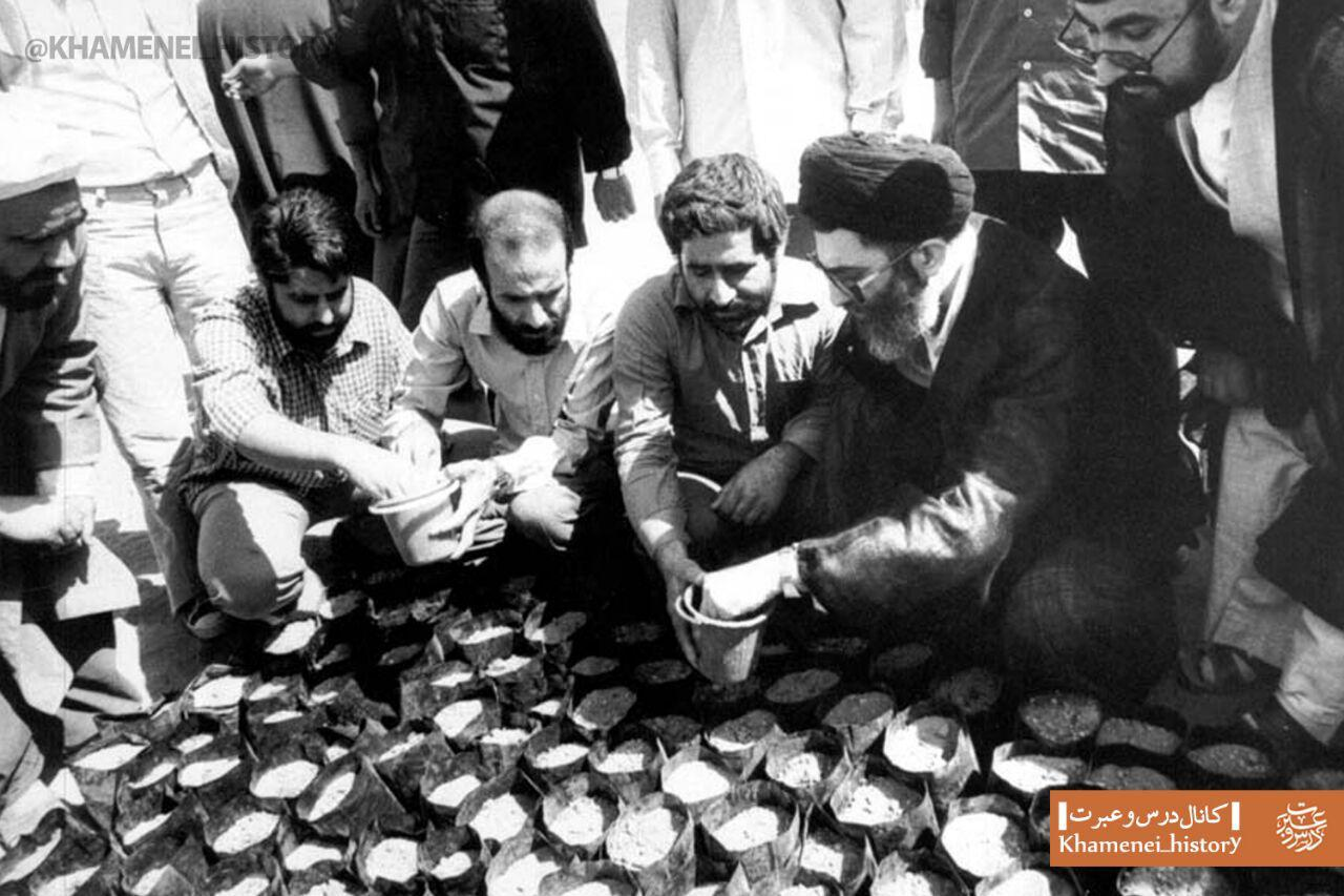 تصویری منتشرنشده از رهبری در حال کاشت بذر نهال + عکس