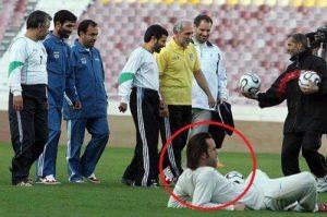 توضیح احمدی نژاد در مورد عکس پرحاشیه «علی کریمی» + عکس