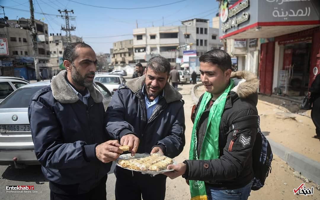 توزیع شیرینی پس از کشته شدن نظامی اسرائیلی + عکس