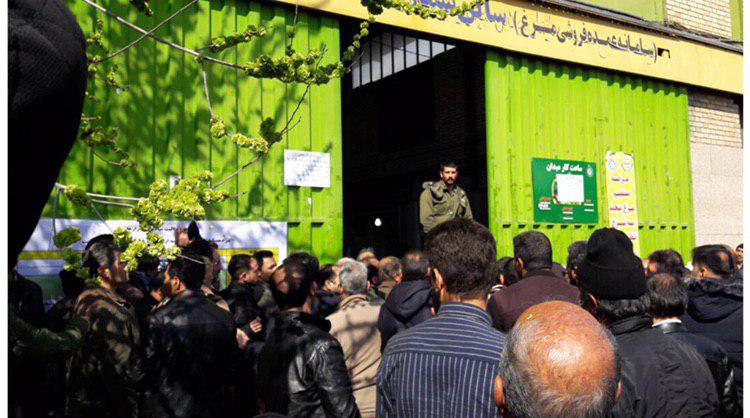 صف خرید مرغ در میدان میوه و ترهبار + عکس