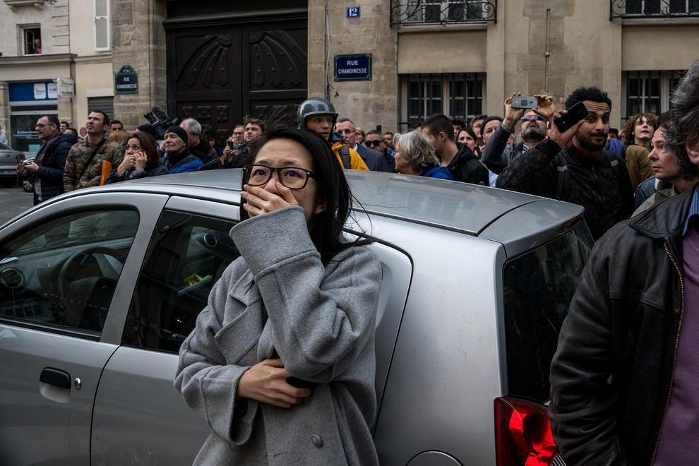 بهت و حیرت شهروندان پاریس از آتش سوزی کلیسای نوتردام + عکس