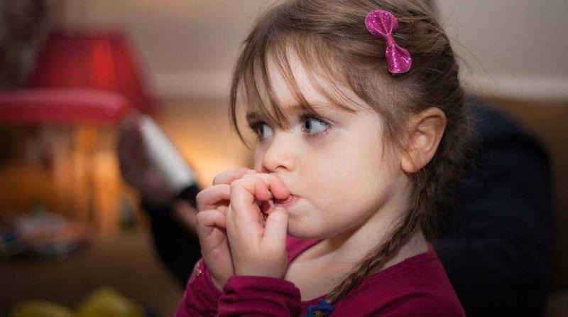 همه چیز درباره ناخن جویدن کودکان؛ علت و راههای درمان