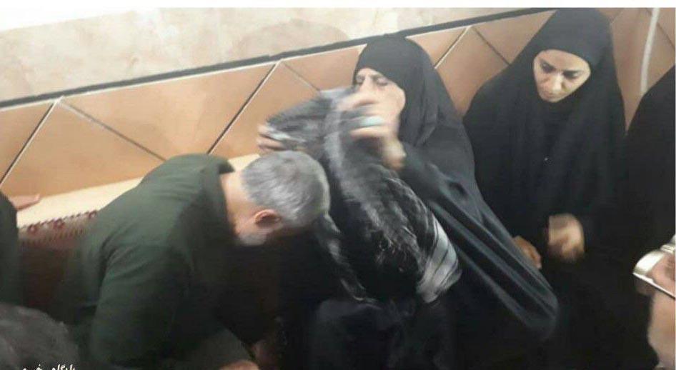 سردار سلیمانی در منزل مادر شهید مدافع حرم + عکس