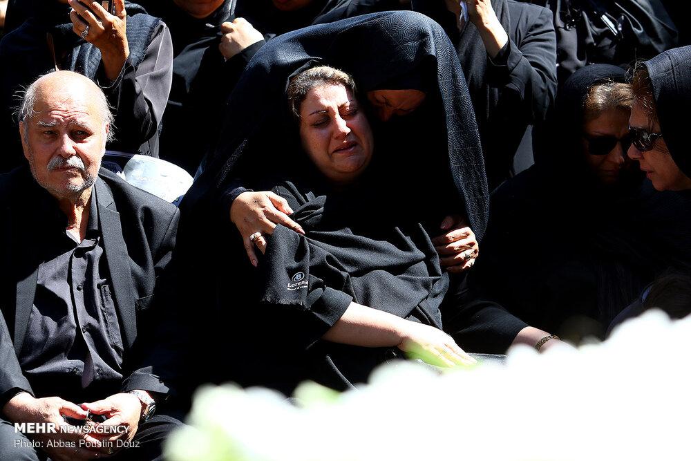 حال مادر بهنام صفوی در مراسم تشییع + عکس
