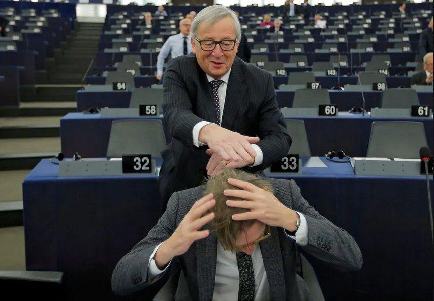 رییس کمیسیون اروپا در حال شوخی به سبک بچه های مدارس ابتدایی!+عکس