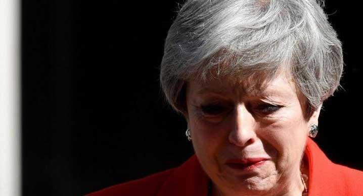 اشک «ترزا می» هنگام اعلام استعفا + عکس