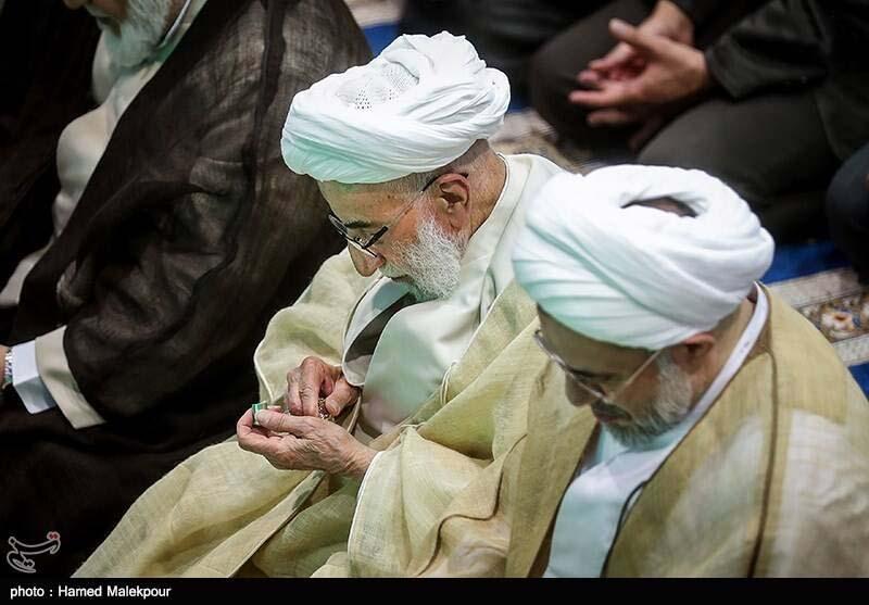 عطر زدن آیت الله جنتی قبل از نماز جمعه! + عکس