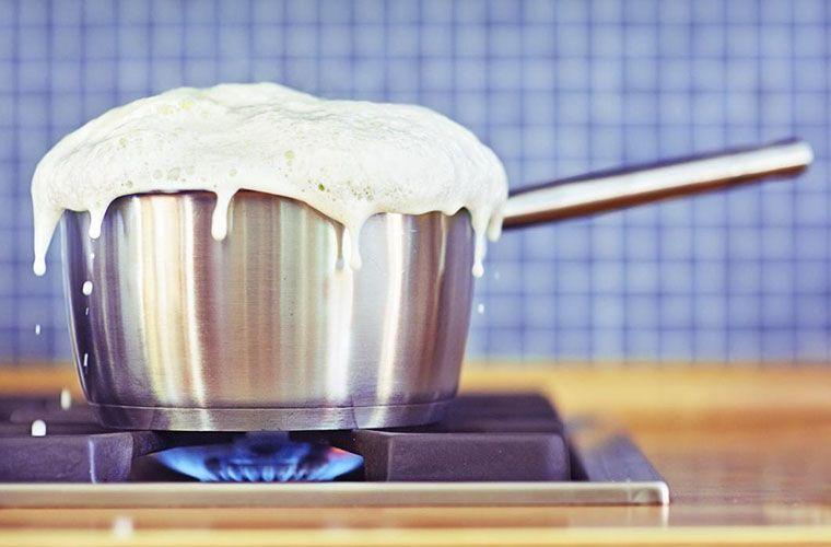 ۴ مزیت باورنکردنی جوشاندن شیر پیش از مصرف