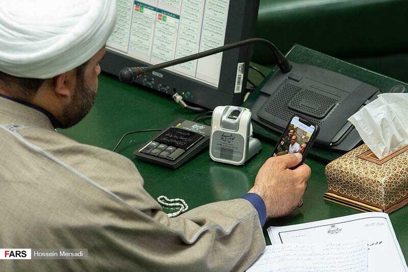 عکس فرزندان وزیر جنجالی در مجلس! + عکس