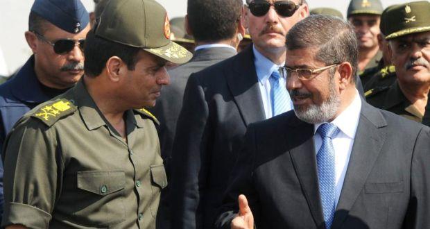 عبد الفتاح السیسی با لباس نظامی در کنار محمد مرسی/عکس