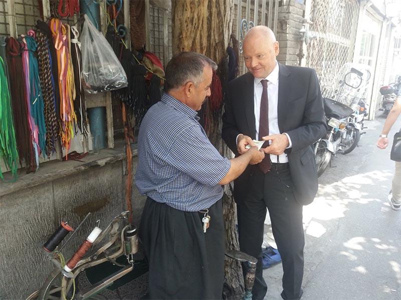 خرید سفیر آلمان در تهران از یک کفاش تهرانی! + عکس