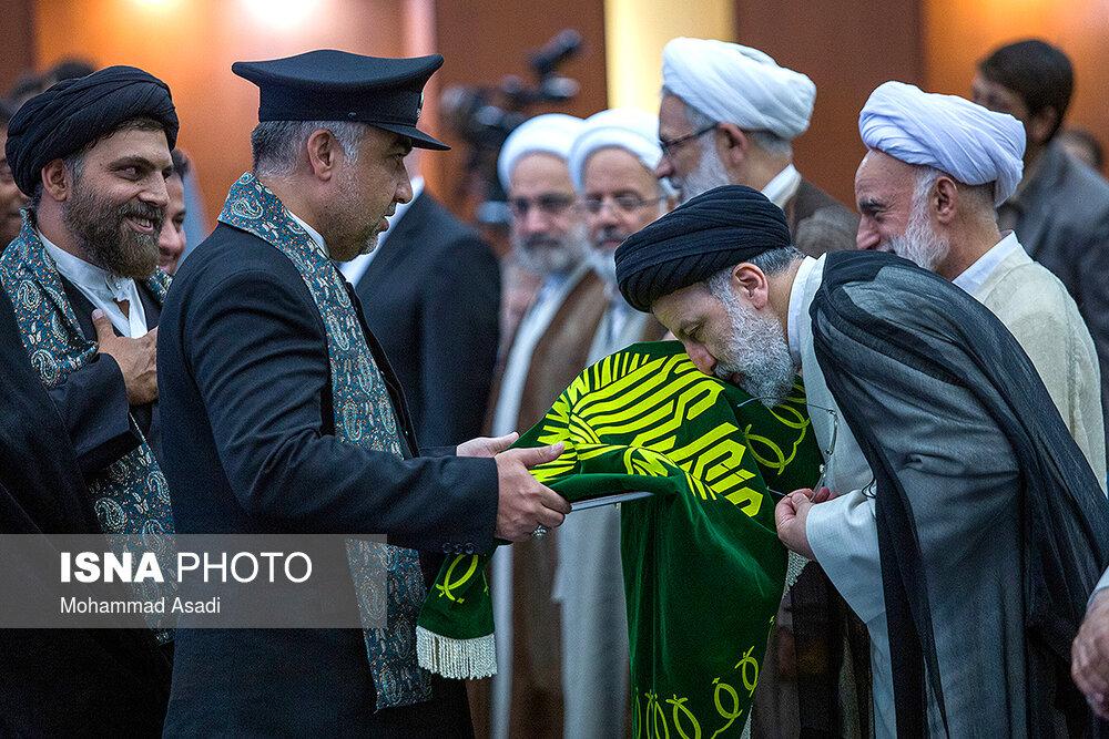 ابراز ارادت رئیس قوه قضائیه به پرچم متبرک حرم مطهر رضوی + عکس