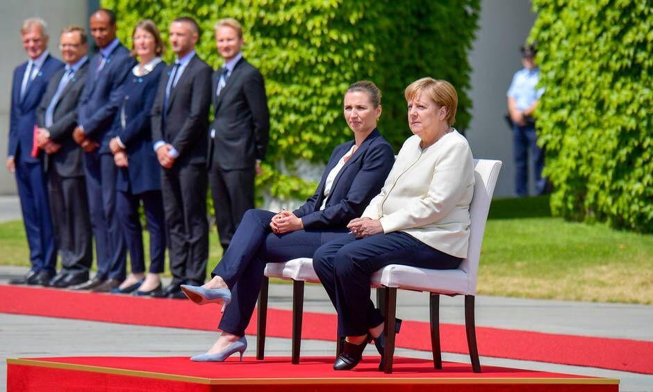 مرکل به صورت نشسته از نخست وزیر دانمارک استقبال کرد+عکس