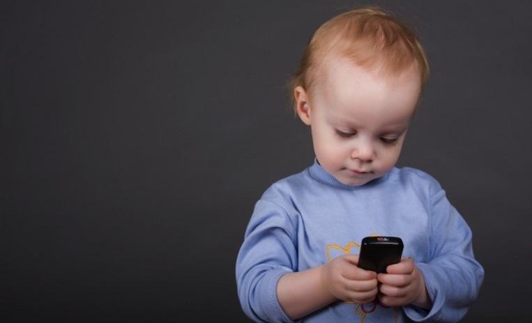 بچه با موبایلش بدنیا اومد + عکس