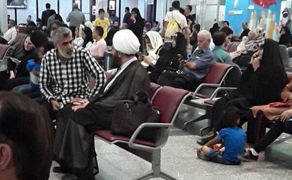 گفتگوی مردم با امام جمعه جوان تهران در فرودگاه + عکس