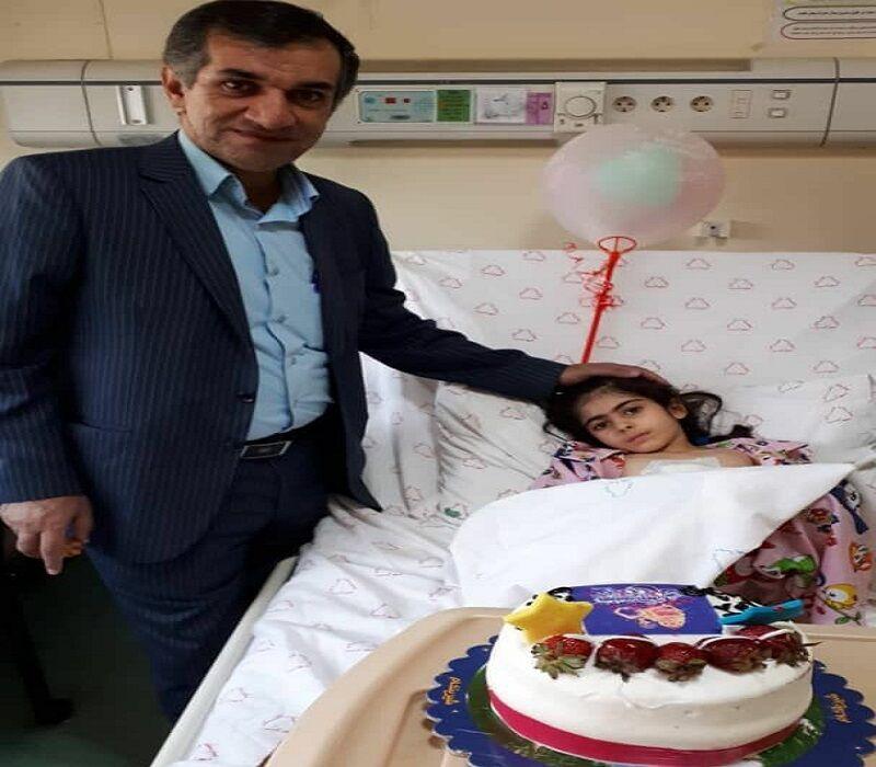 این پزشک برای بیمار خردسال خود جشن تولد گرفت