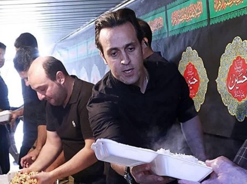 علی کریمی درحال نذری پخش کردن+عکس
