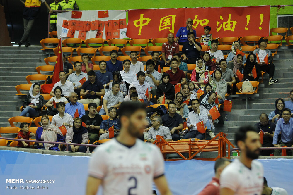 تماشاگران خانم دیدار تیم های ملی والیبال ایران و چین + عکس
