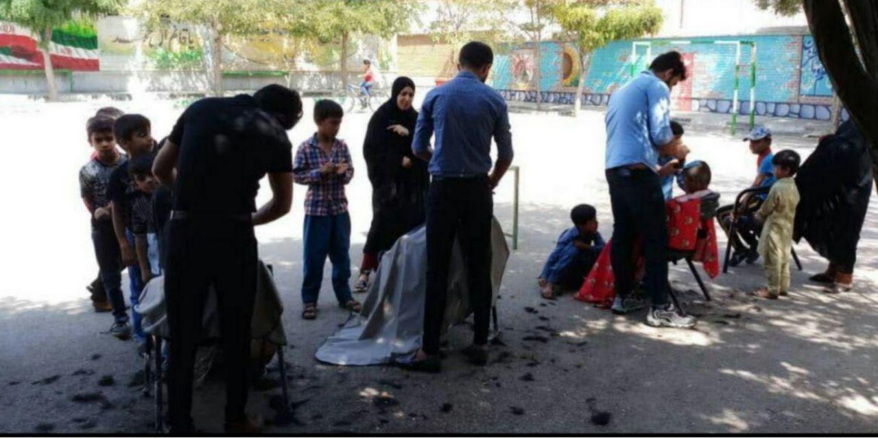 اصلاح سر رایگان دانشآموزان حاشیه شهر مشهد + عکس