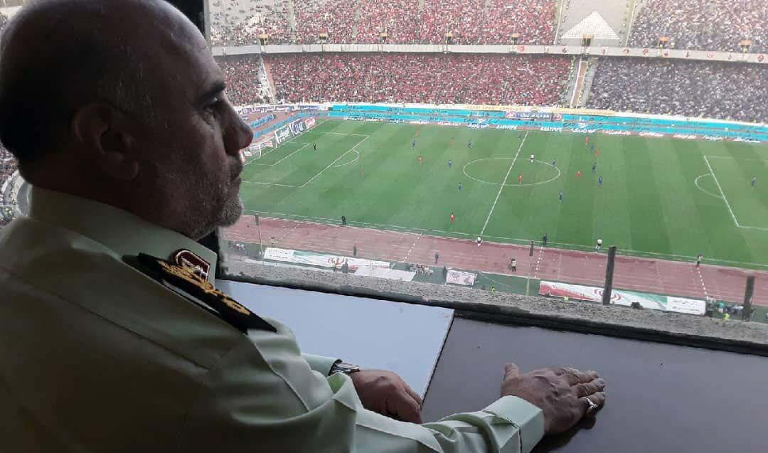 رئیس پلیس پایتخت در حال تماشای دربی + عکس