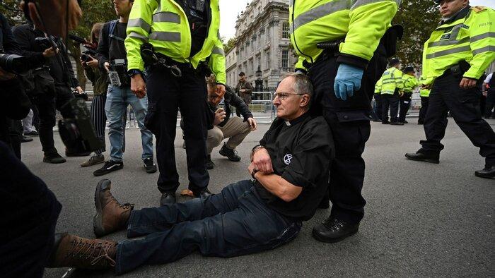 پلیس لندن علیه فعالان محیط زیست به زور متوسل شد