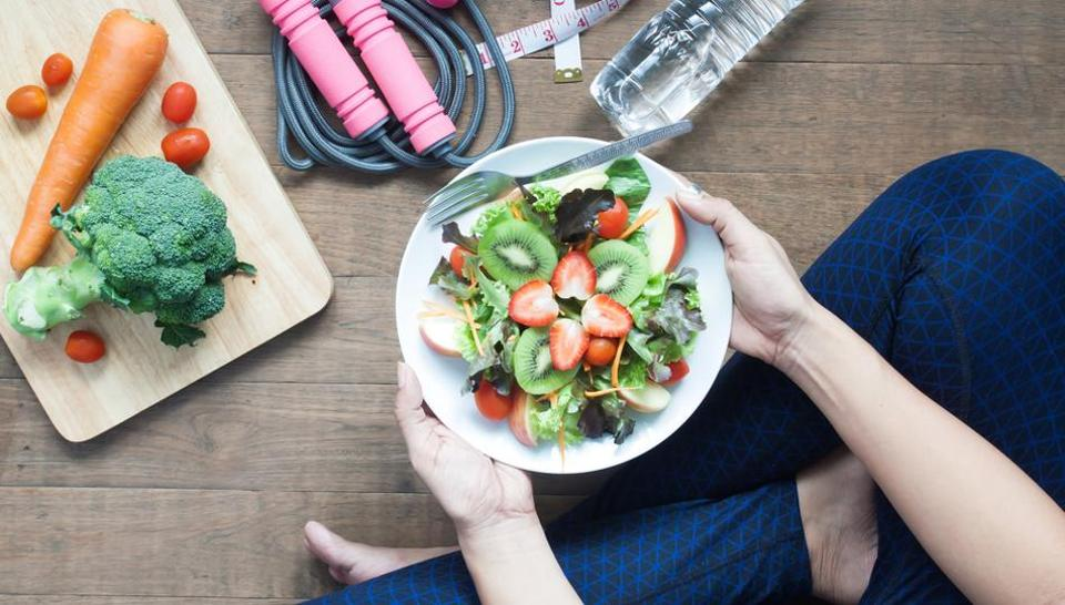 چه ساعتي غذا بخوريم تا لاغر شويم؟
