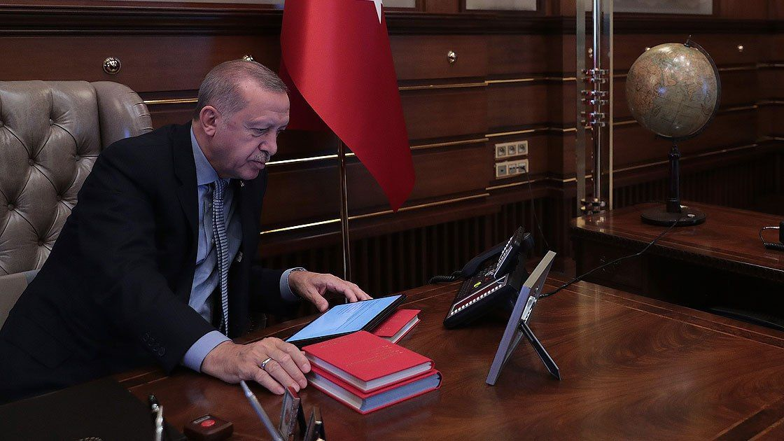 اردوغان در حال کسب اطلاع از فرماندهان ارتش ترکیه + عکس