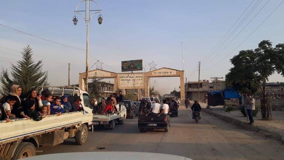 خروج گسترده مردم از راس العین سوریه + عکس