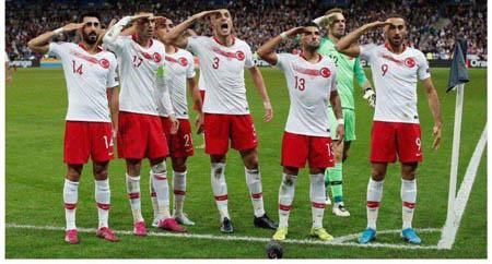 سلام نظامی بازیکنان ترکیه این بار در پاریس + عکس
