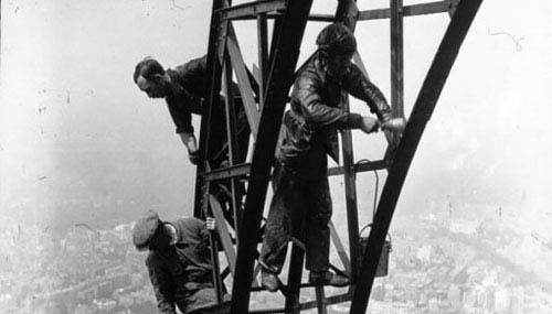 رنگ کردن برج ایفل در 83 سال قبل + عکس