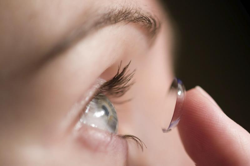 چرا خوابیدن با لنز مضر است؟