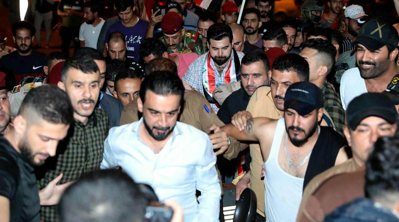 رئیس مجلس عراق در میان معترضین + عکس