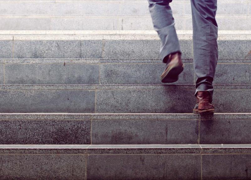بالا و پايين رفتن از چه تعداد پله به زانوهايمان آسيب ميزند؟ + روشهاي مراقبت