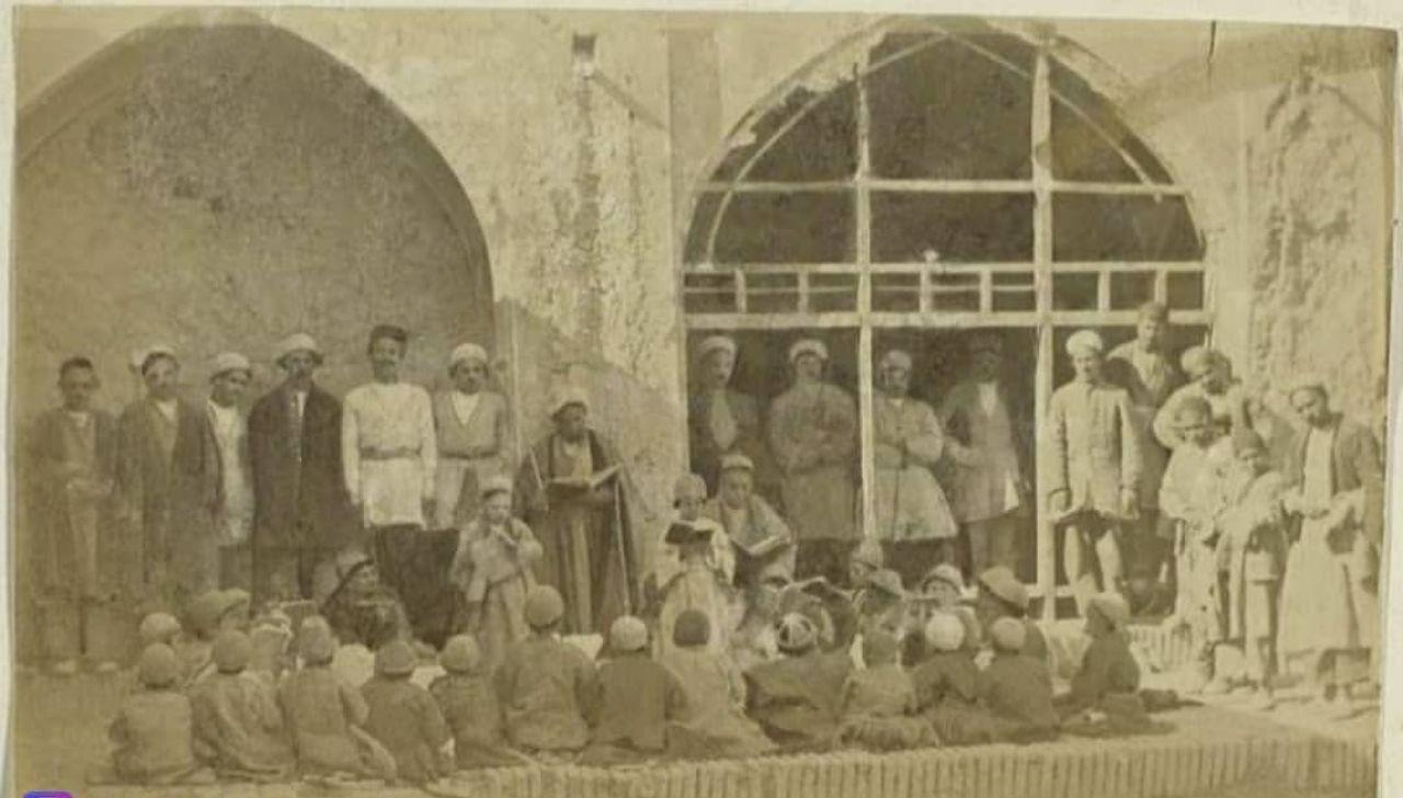 دانش آموزان یک مکتب خانه در دوره قاجار + عکس