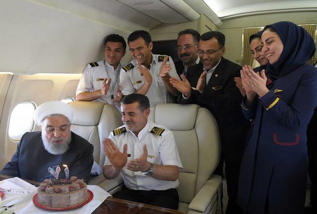 رییس جمهور در حال فوت کردن شمع تولدش +عکس