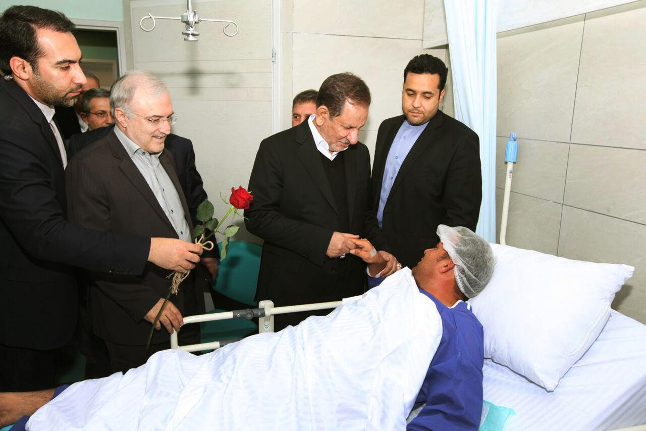 عیادت جهانگیری و وزیر بهداشت از بیماران در بیمارستان ارومیه + عکس