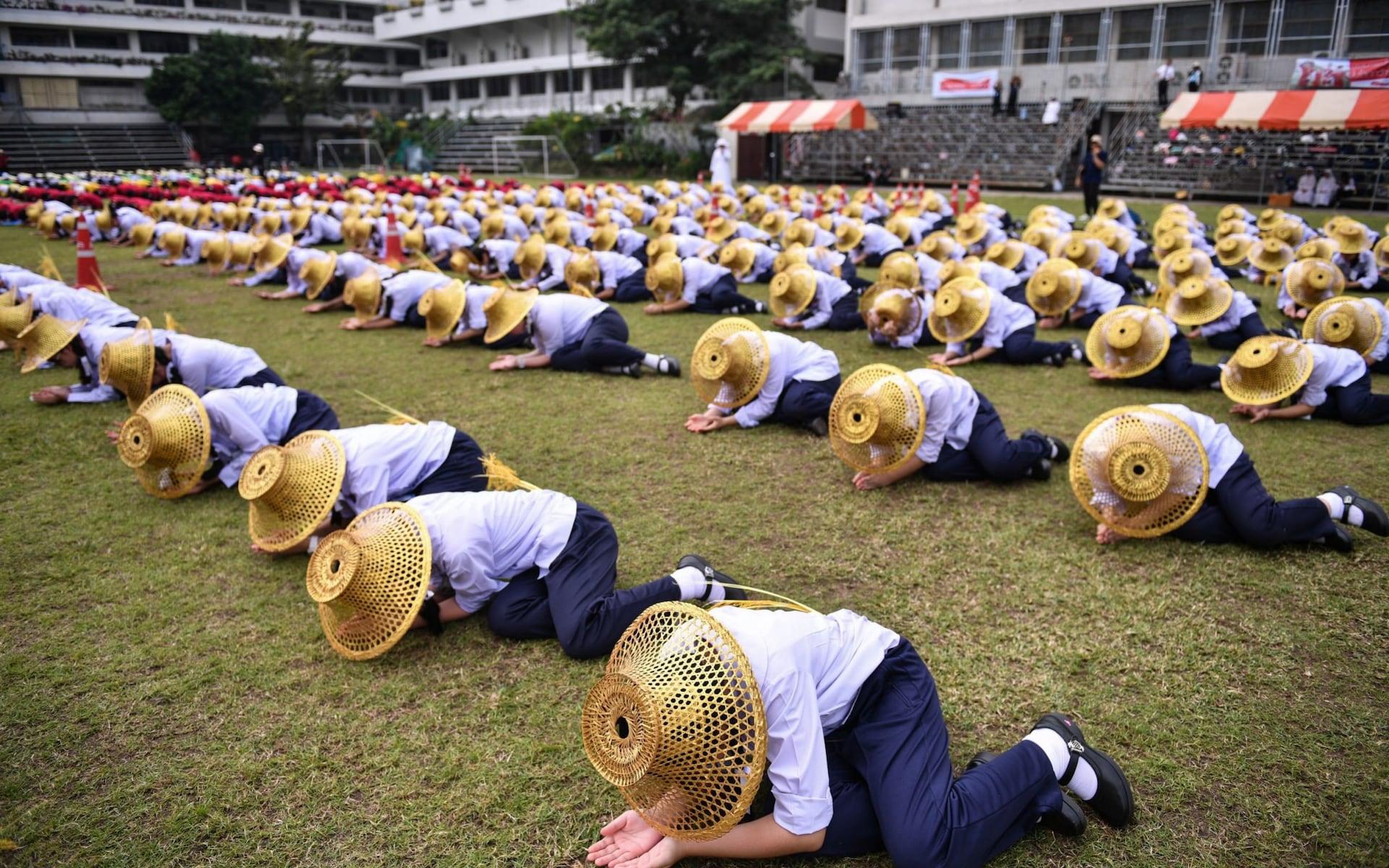 تمرینات دانش آموزان تایلندی برای استقبال از پاپ + عکس