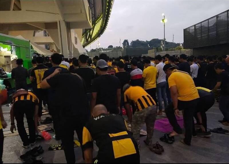 نماز جماعت هواداران مالزیایی در استادیوم + عکس