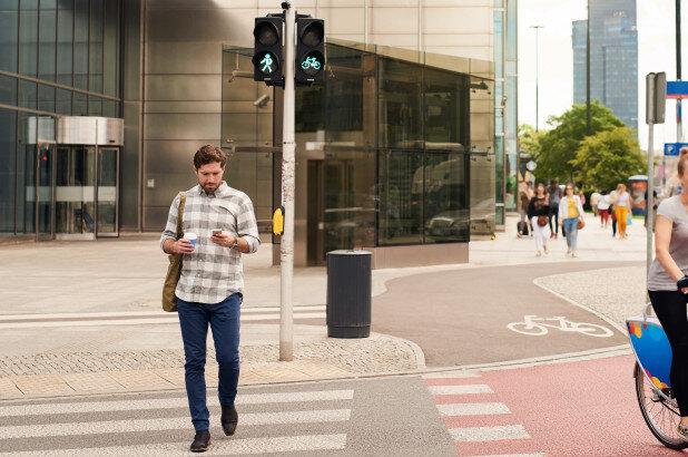 به این دلایل وقتی راه میروید پیامک نزنید