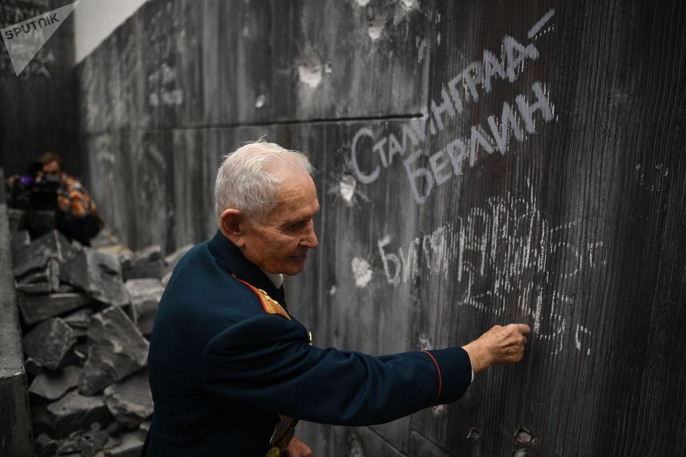 بازمانده جنگ جهانی در کنار دیوار برلین/تصویری