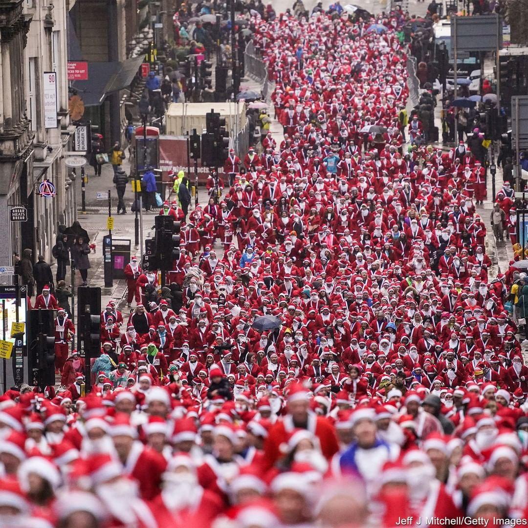 رژه بابانوئلها در گلاسکو + عکس