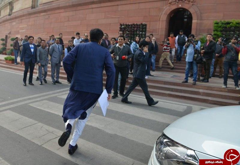 لحظه ورود وزیر هندی به داخل پارلمان سوژه شد! + عکس